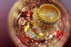 Verre d'anneaux de mariage d'amour de champagne Images libres de droits