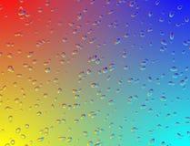 Verre d'arc-en-ciel avec des baisses de l'eau images libres de droits