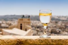 Verre d'eau douce au soleil de Gozo, Malte Photographie stock