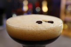 Verre d'expresso Martini avec des grains de café, plan rapproché Cocktail d'alcool photo stock