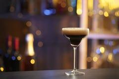 Verre d'expresso Martini sur le compteur dans la barre Cocktail d'alcool photographie stock