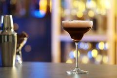 Verre d'expresso Martini sur le compteur dans la barre Cocktail d'alcool images libres de droits