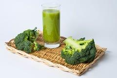 Verre d'extrait de brocoli image stock