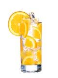 Verre d'orangeade froide avec de la glace d'isolement sur le blanc photographie stock