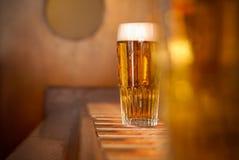 Verre d'une bière froide dans le bar Photo libre de droits