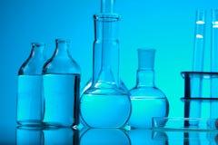 Verre dans le laboratoire, concept chimique moderne lumineux photos libres de droits