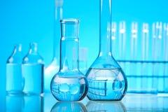 Verre dans le laboratoire, concept chimique moderne lumineux image libre de droits