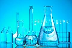 Verre dans le laboratoire, concept chimique moderne lumineux images libres de droits