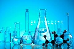 Verre dans le laboratoire, concept chimique moderne lumineux images stock