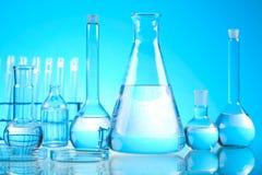 Verre dans le laboratoire, concept chimique moderne lumineux image stock