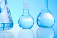 Verre dans le laboratoire, concept chimique moderne lumineux photo stock
