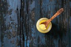 Verre de beurre de ghee photos libres de droits