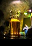 Verre de bière à moitié vide Photos libres de droits