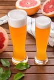 Verre de bière aigre de métier de pamplemousse sur la table en bois photos stock