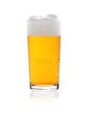 Verre de bière avec la mousse d'isolement sur le blanc Image stock