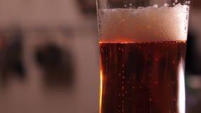 Verre de bière avec la mousse de arrangement banque de vidéos