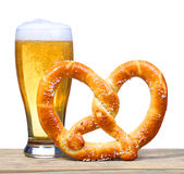 Verre de bière avec le bretzel allemand sur la table en bois. d'isolement Photo libre de droits