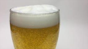 Verre de bière blonde banque de vidéos