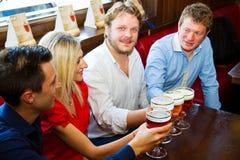 Verre de bière blonde Image stock