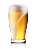 Verre de bière blonde avec la mousse blanche photos stock