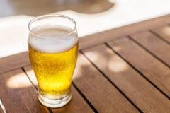 Verre de bière blonde sur la table en bois photos libres de droits
