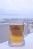 Verre de bière blonde sur la table en café extérieur, île de Bali, Indonésie photos libres de droits