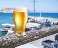 Verre de bière blonde sur le compteur de barre de bord de la mer Bateaux dans le Doc. photographie stock