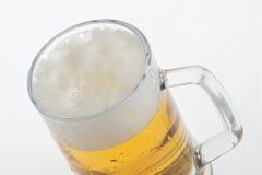 Verre de bière blonde sur le fond blanc image stock