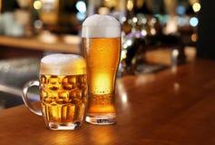Verre de bière blonde. image stock