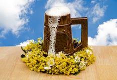 Verre de bière contre le ciel Photographie stock libre de droits