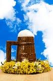 Verre de bière contre le ciel Photo libre de droits