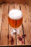 Verre de bière dans une caisse Images stock