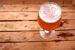 Verre de bière dans une caisse Photo libre de droits