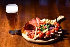 Verre de bière et de casse-croûte sur la table Boisson de bière froide Trempez votre soif image libre de droits