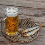 Verre de bière et de poissons fumés sur une table en bois photographie stock libre de droits