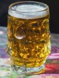 Verre de bière fraîche sur une table Photographie stock