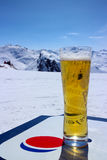 Verre de bière froide avec un fond de montagne Photos libres de droits