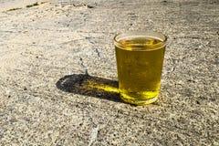Verre de bière froide en été photos stock
