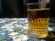 Verre de bière sur la table de fleur image stock