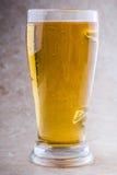 Verre de bière sur le fond en pierre photos libres de droits