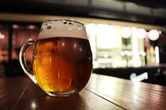 Verre de bière sur le Tableau de barre Images libres de droits