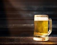 Verre de bière sur le Tableau en bois dans le bar ou le restaurant Image stock