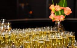 Verre de bienvenue de cocktail de vin à un dîner de gala d'entreprise photos stock