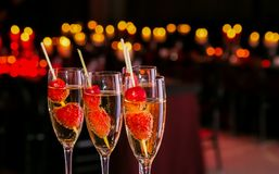Verre de bienvenue de cocktail de vin à un dîner de gala d'entreprise photographie stock