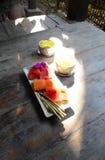 Verre de bienvenue, plat de fruit, station de vacances tropicale Photos stock