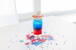 Verre de boisson sur la partie américaine de Jour de la Déclaration d'Indépendance Images libres de droits