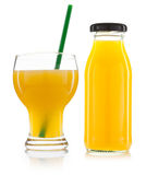 Verre de bouteilles de jus d'orange et de jus d'orange d'isolement sur le petit morceau Photographie stock