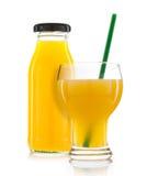 Verre de bouteilles de jus d'orange et de jus d'orange d'isolement sur le petit morceau Photo libre de droits