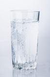 Verre de bulles de l'eau minérale Photo libre de droits