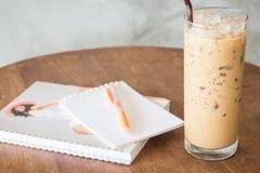 Verre de café de glace sur la table de travail en bois Photo libre de droits